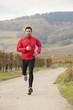 Beau jeune homme fait son jogging en pleine nature
