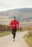 Jeune homme se détend en faisant du jogging