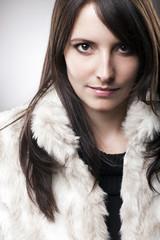 Frau mit winterlicher Pelzjacke