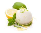Fototapety Zitroneneis mit Früchten auf weißem Hintergrund
