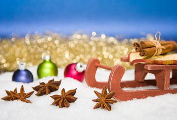 Schlitten im Schnee mit Weihnachtsdekoration