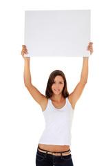 Attraktive junge Frau hält weißes Schild hoch