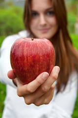 Chica con manzana roja primer plano