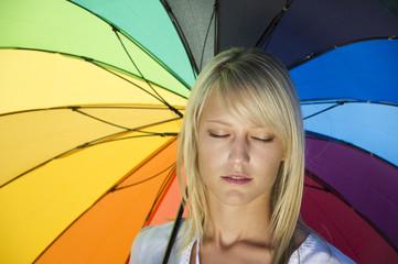 Frau mit Regenbogenschirm