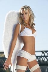 Blonder Nachdenklicher Engel