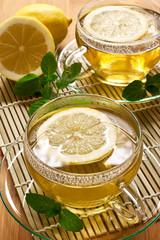 Heisser Tee mit Minze und Zitrone