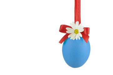 Blaues Ei mit Blume und Schleife