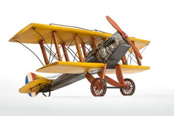 Avión amarillo de juguete.