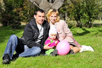 Маленькая красивая девочка с родителями