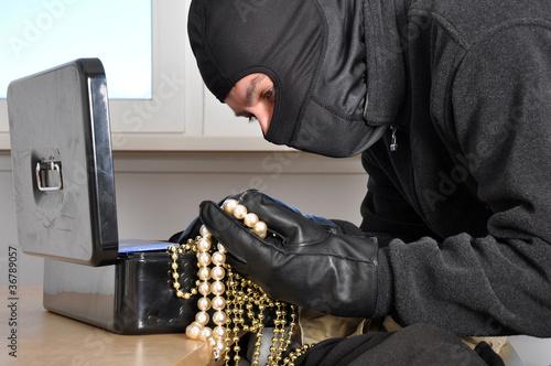 Einbrecher findet Schmuck