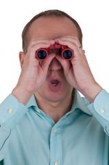 Mann schaut durch rotes Fernglas