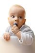 Kleinkind kaut auf Baustein