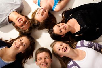 7.11 Teenager im Kreis am Boden