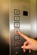 Frau im Fahrstuhl oder Lift