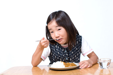 カレーを食べる女の子