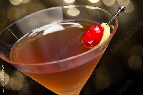 Manhattan koktajl garnirujący z wiśnią i cytryną
