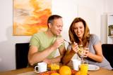 Fototapety Glückliches Paar beim Frühstück