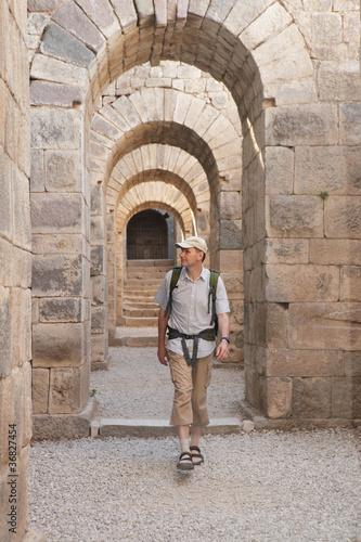 Turysta w starożytnym mieście