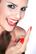 Beauty mit roten Lippen lacht und stupst Creme auf Nase