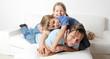 Kinder toben mit ihrem Papa