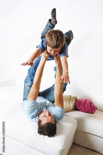 Papa tobt mit seinem Sohn