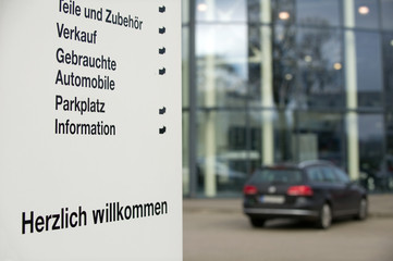 Schild an einem Autohaus
