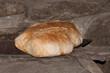 Dos hogazas de pan saliendo del horno de leña