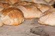 Barras de pan tostado en horno de leña