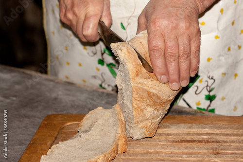 Cortando en rebanadas pan tostado recien horneado
