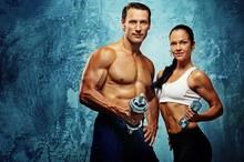 Athletic man et femme avec un haltère.