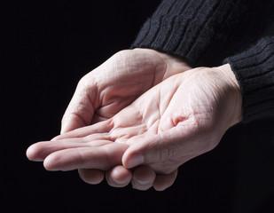 mains tendues ouvertes