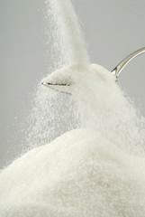 Azúcar blanco cayendo sobre una cuchara
