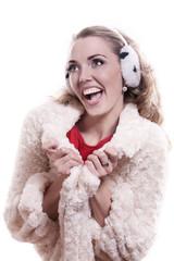 Молодая смеющаяся девушка на белом фоне