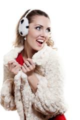 Молодая веселая девушка на белом фоне