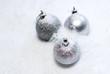 boules de Noël argentées sous la neige