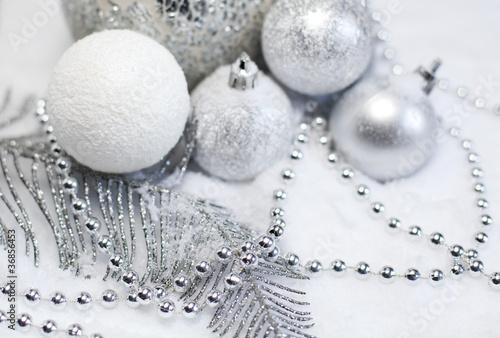 boules de Noël argentées et blanches sous la neige