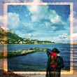 Vilinista di spalle, paesaggio costiero