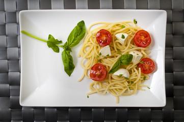 Spaghetti pomodori mozzarella e basilico