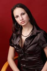 Hübsche Frau mit strengem Blick
