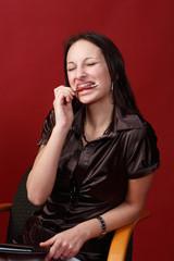 Hübsche Frau mit Zahnspange beißt auf Kugelschreiber