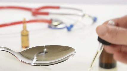 gocce di medicinale su un cucchiaio