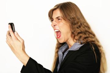 Frau schreit ins Handy