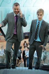 Geschäftsmänner auf der Rolltreppe