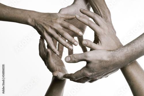 Hände umfassen einander