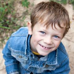 Sourire d'une canaille (garçon 6 ans)