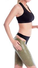 Donna che mette fango dimagrante sulle gambe