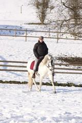 cavalière montant à cheval sur la neige-8