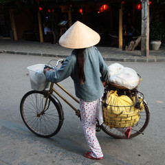 donna vietnamita in bicicletta