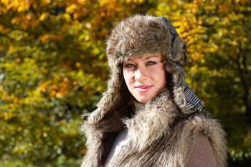 Frau mit Mütze im Herbst