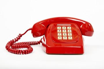 Teléfono rojo en fondo blanco.
